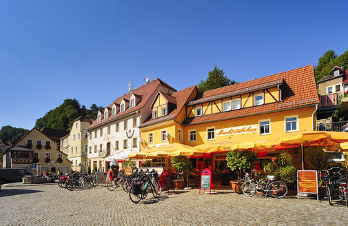 Germany, Saxony, Stadt Wehlen, Market square with town hall and sidewalk cafe - BT000248