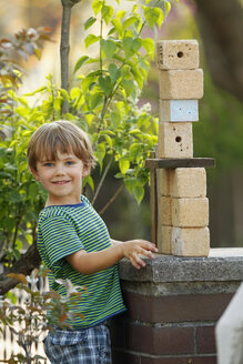 Portrait of little boy playing with wooden cubes - RDF001234