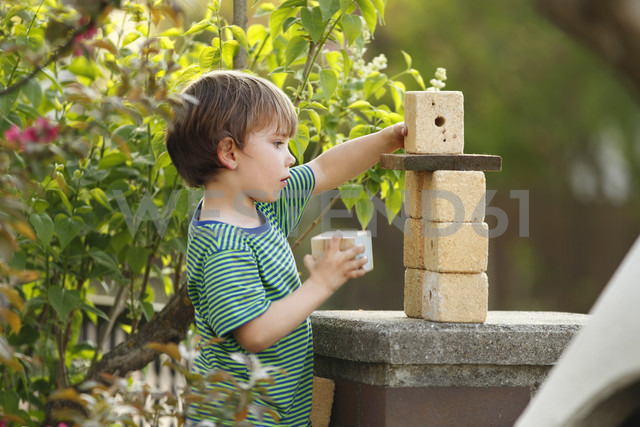 Portrait of little boy playing with wooden cubes - RDF001235