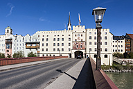 Germany, Bavaria, Upper Bavaria, Wasserburg am Inn, Brucktor or city gate at Gate bridge - AMF001050