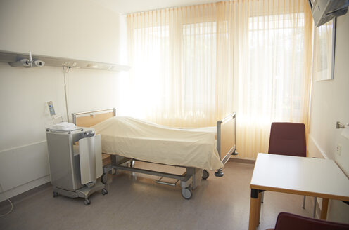 Germany, Freiburg, Empty hospital room - DHL000145