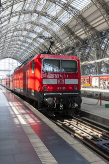Germany, Hesse, Frankfurt, local train arriving main station - AM001077