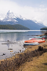 Canada, Alberta, Rocky Mountains, Maligne Lake, rowing boats at lakeshore - UMF000653