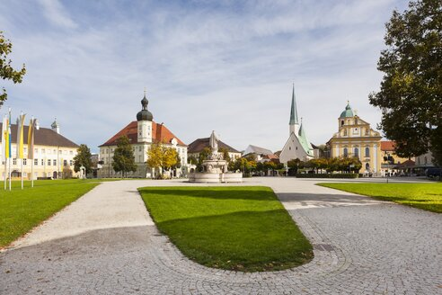 Germany, Bavaria, Upper Bavaria, Altoetting, Pilgrimage Museum. townhall, St. Mary's Fountain and Church of St Magdalene, right Chapel of Grace - AM001134