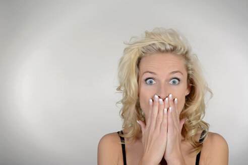 Surprised blond woman, portrait - BFRF000311