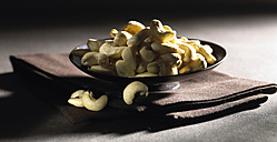 Cashew nuts in bowl, close up - SRSF000378