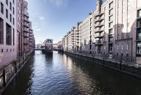 Germany, Hamburg, Hafencity, old buildiings and bridge over canal - OT000006