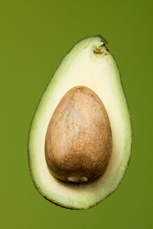 Sliced avocado (Persea americana), studio shot - WSF000006