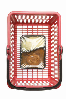 Shopping basket with convenience food, studio shot - WSF000022