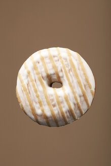 Striped doughnut, studio shot - WSF000038