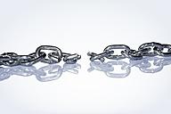 Broken chain against white background - STKF000550