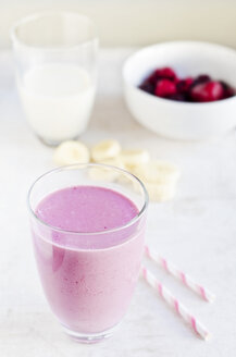 Drink made of soy milk, banana and wild berries - CZF000120