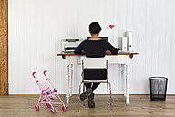 Woman working at home office - DR000277