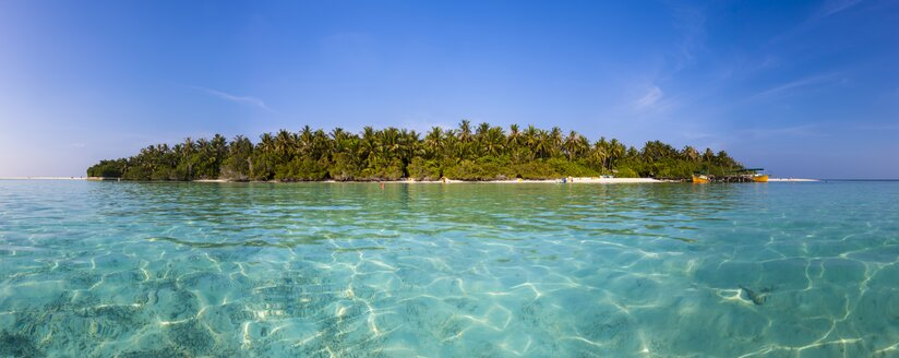 Maledives, South-Male-Atoll, Embudu, boats in front of island - AMF001220