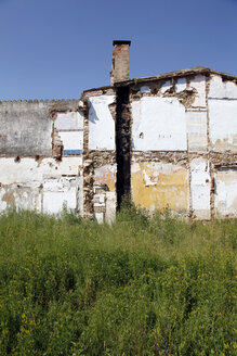 Spain, Catalonia, Decaying house with plants - JMF000261