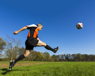 Soccer player kicking ball - STS000223