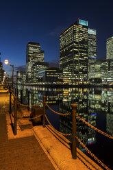 UK, London, Docklands, illuminated buildings at financial district - DISF000140