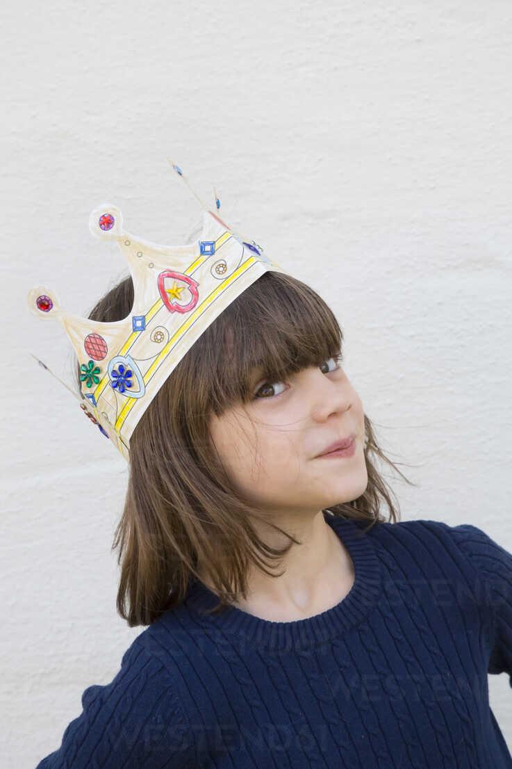 Portrait of little girl with paper crown on her head - LVF000332 - Larissa Veronesi/Westend61