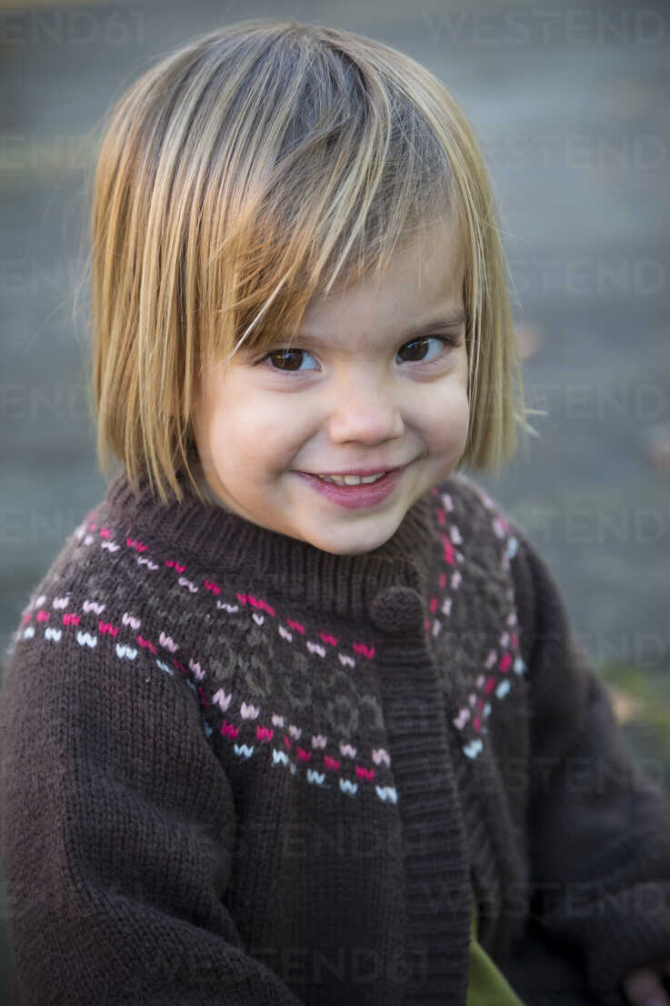 Portrait of smiling little girl wearing cardigan - LVF000333 - Larissa Veronesi/Westend61