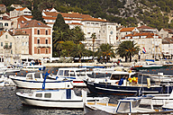 Croatia, Hvar, Old town and boats in harbour - MS003034