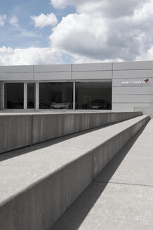 Germany, North Rhine-Westphalia, Duesseldorf-Heerdt, view to car dealer McLaren - VI000133