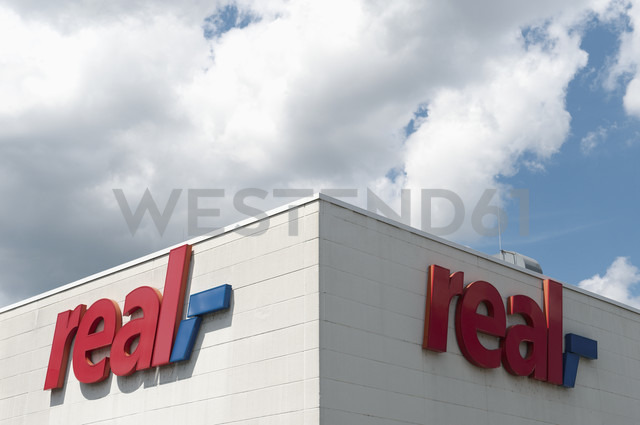 Germany, North Rhine-Westphalia, Duesseldorf, part of facade with logo of real market - VI000134 - visual2020vision/Westend61