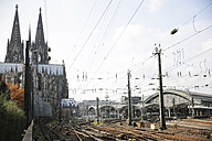 Germany, North Rine-Westphalia, Cologne, view to Cologne Cathedral and central station - JAT000487