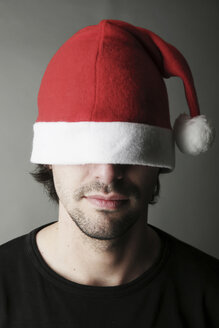 Young man wearing Santa hat, close-up - JATF000521