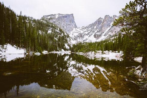 USA, Colorado, Estes Park, Emerald Lake, Rocky Mountain National Park - MBE000872