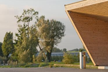 Switzerland, Thurgau, Wooden building and waste bin at Altnau harbor - SHF001014