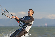 Germany, Baden-Wuerttemberg, Fischbach, Kitesurfer on Lake Constance - SH001032