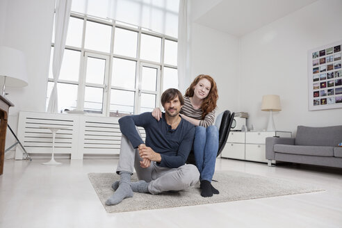 Germany, Munich, Couple sitting in living room - RBF001488