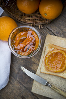 Glass of orange marmalade with orange slices and toast - LVF000344