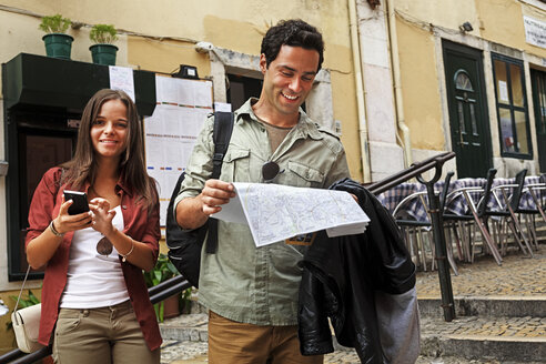 Portugal, Lisboa, Carmo, Calcada du Duque, young couple with city map trying to orientate - BIF000057