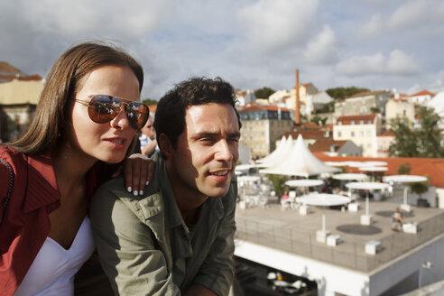 Portugal, Lisboa, Alfama, Largo das Portas do Sol, young couple looking at view - BIF000026