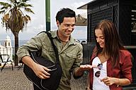 Portugal, Lisboa, Alfama, Largo das Portas do Sol, happy young couple - BIF000024