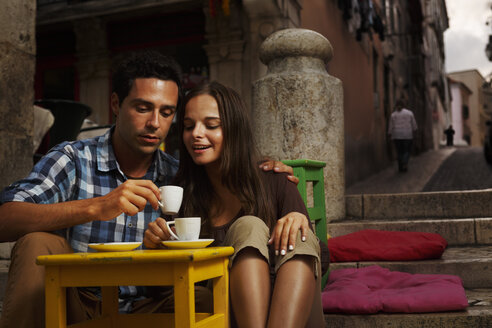 Portugal, Lisboa, Bairro Alto, young couple sitting at street cafe at dusk - BI000016