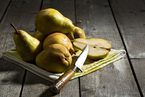 Williams pears and knife on wooden table - MAEF007411