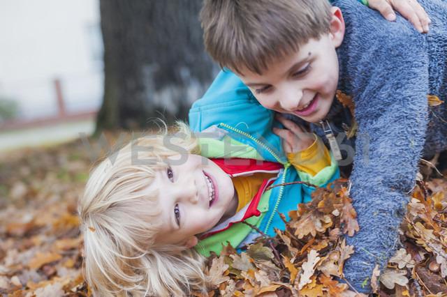 Two little boys playfighting - MJF000434 - Jana Mänz/Westend61