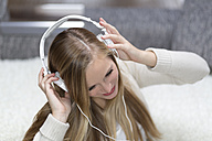 Young woman with headphones - DRF000307