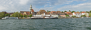 Germany, Baden-Wurttemberg, Uberlingen, Steam boat Hohentwiel in front of waterfront promenade - SH001047