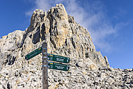 Spain, Cantabria, Picos de Europa National Park, Signpost in hiking area Los Urrieles - LAF000334