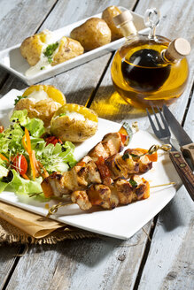 Chicken meat sticks with baked potatoes and mixed salad - MAEF007506