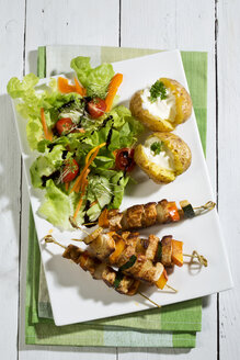 Chicken meat sticks with baked potatoes and mixed salad - MAEF007510