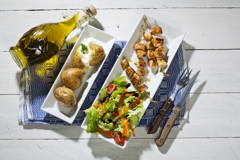 Chicken meat sticks with baked potatoes and mixed salad - MAEF007511