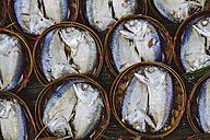 Thailand, Ratchaburi, Damnoen Saduak Floating Market, poached fish - MBEF000909