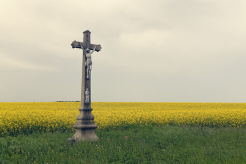 Czechia, Onsov, crucifix in front of a rape field - GFF000319