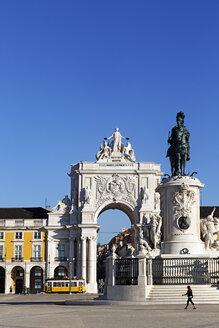 Portugal, Lisboa, Baixa, Praca do Comercio, view to triumphal arch and memorial of King Jose I - BIF000086
