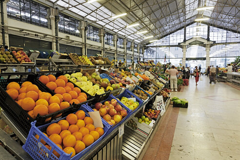 Portugal, Lisboa, Bica, Mercado da Ribeira Nova, view to fruit stand - BI000093