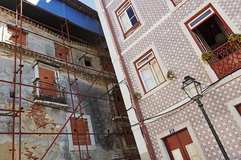Portugal, Lisbon, Alfama, facades of a decaying and a refurbished residential house - BIF000110